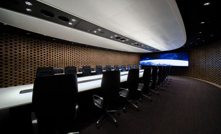まるで別世界のような静寂の中へ集中力を高めるメイン会議室
